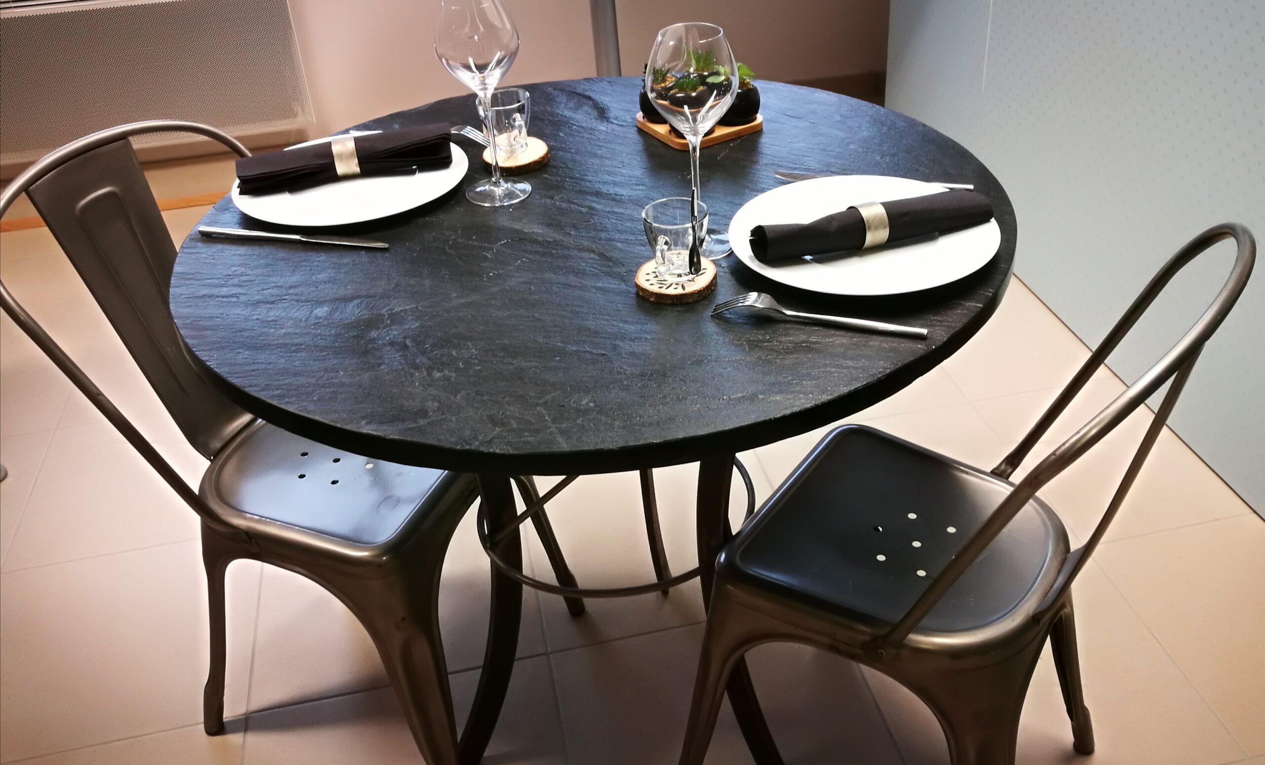 Table avec pieds acier